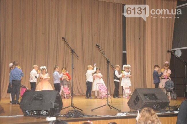 Учні Азовської школи поздоровили своїх матусь і бабусь зі святом 8 Березня, фото-3