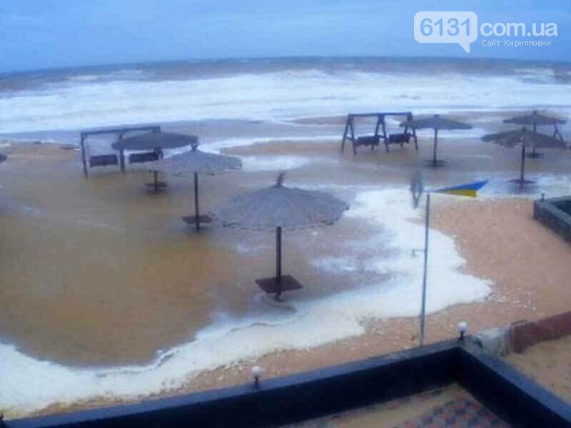 У Кирилівці розгулявся шторм: море в багатьох місцях затопило пляжі, фото-1