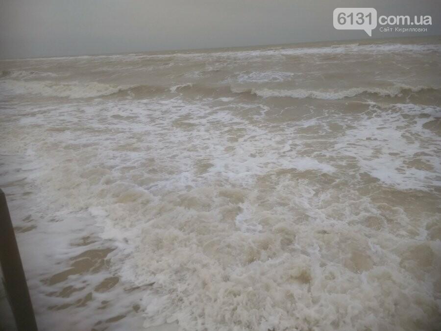 Східний вітер нагнав на берег Азовського моря в Кирилівці піну, фото-1