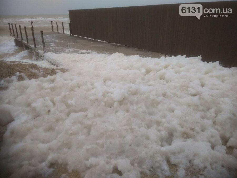 Східний вітер нагнав на берег Азовського моря в Кирилівці піну, фото-3