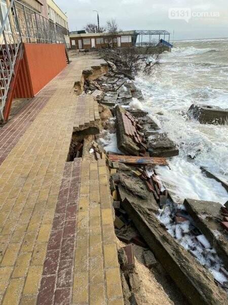 Штормові хвилі продовжують руйнувати пляжі Кирилівки, фото-2