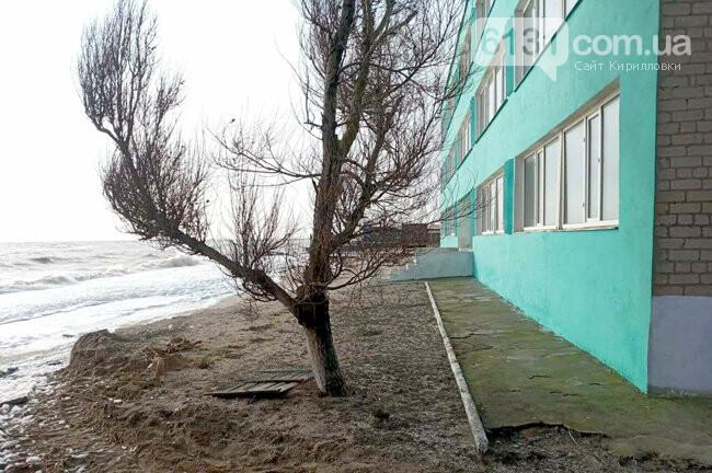 Штормові хвилі продовжують руйнувати пляжі Кирилівки, фото-1