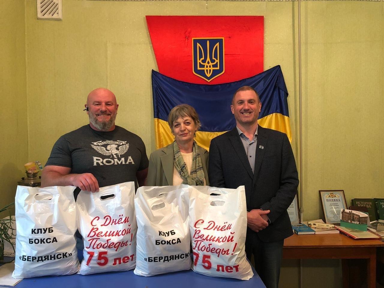 Клуб бокса «Бердянск» передал ветеранам продовольственные пакеты, фото-1
